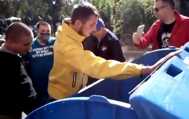 В Одессе Правый Сектор выбросил своего лидера в мусорный бак