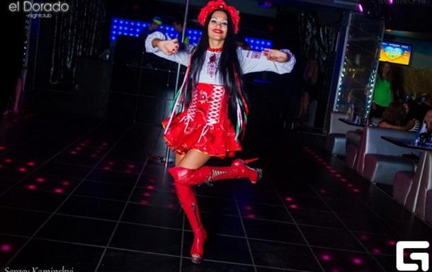 дівчина танцює стріптіз бесплатно