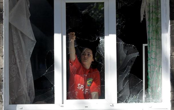 В трех районах Донецка слышны залпы тяжелых орудий, разрушены жилые дома