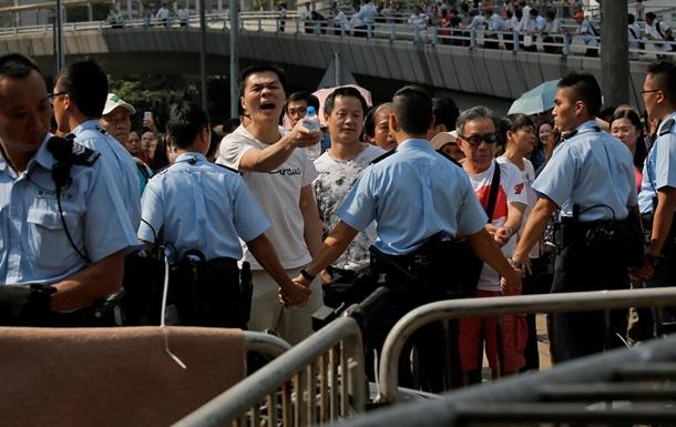 Полиция разобрала баррикады протестующих в Гонконге