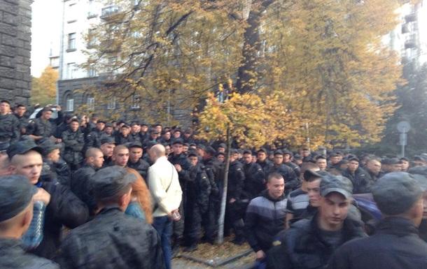 Митингующие гвардейцы отказываются возвращаться в казарму