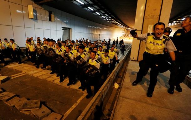Протесты в Гонконге: полиция избила закованного в наручники демонстранта