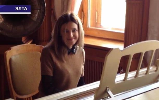 Прокурор-няша  Поклонская сыграла на рояле в Ливадийском дворце