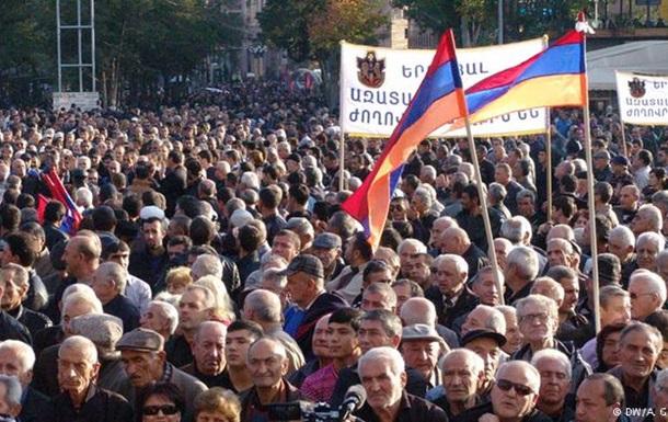 В Ереване тысячи демонстрантов требуют смены государственной власти