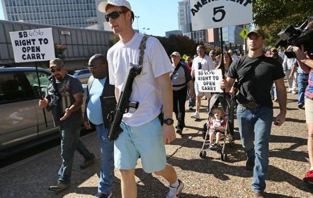Более 40 вооруженных протестующих вышли на улицы американского Сент-Луиса