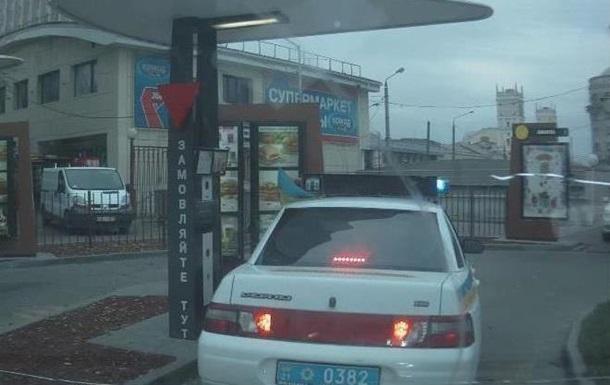 В Харькове машина ГАИ заехала на McDonald s с включенной мигалкой