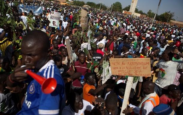 БлицМайдан по-африкански: президент Буркина-Фасо ушел в отставку