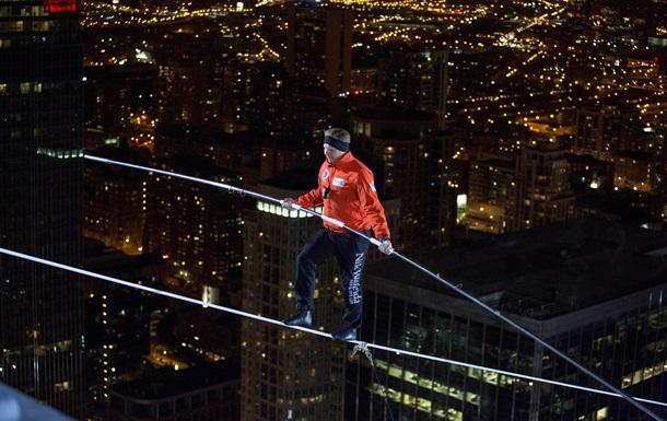 Американец прошел по канату между небоскребами