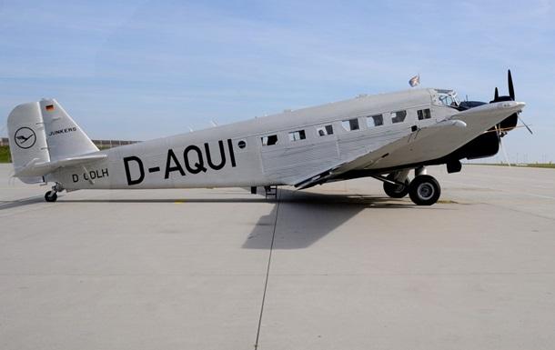 В Германии самолет 1936 года перевозит пассажиров