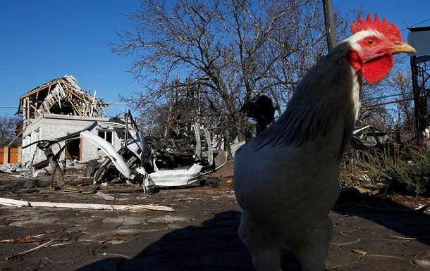 Фото из Донецка: обстрелянный стадион и разрушенные дома