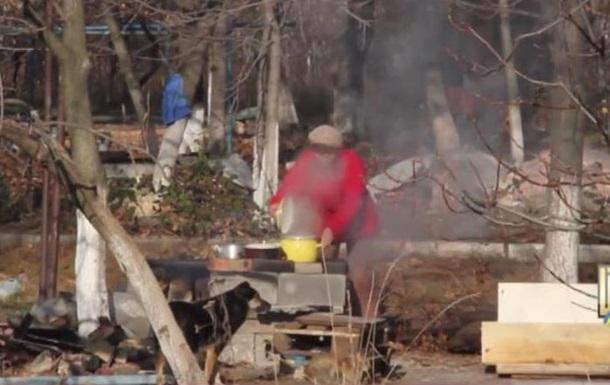 Жизнь возле передовой: люди готовят еду на кострах