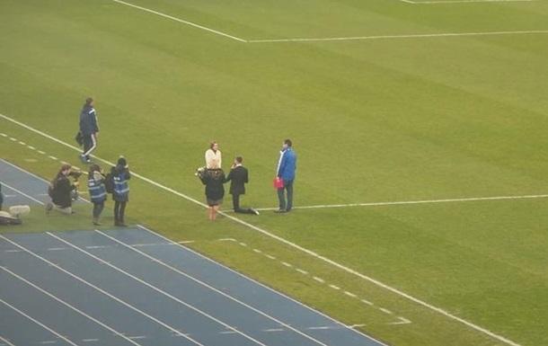 Сотрудник КГГА сделал предложение девушке во время футбольного матча