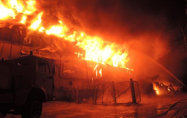 В Киеве почти пять часов тушат пожар на Шулявке