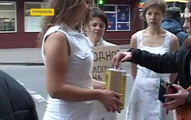 Тернопольчанки разделись, чтобы собрать деньги для бойцов АТО