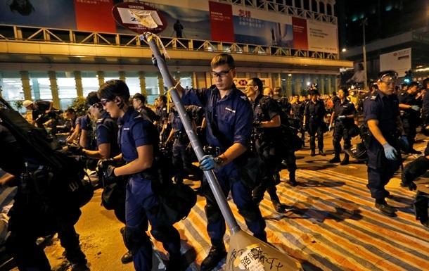 В Гонконге полиция разбирает баррикады