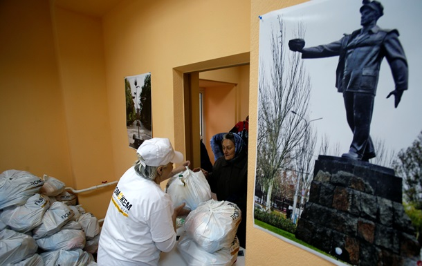 Пенсионеры и инвалиды Донецка получают продуктовые наборы от Ахметова на дом