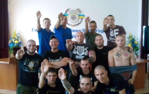 В Сети появилось фото людей с  зигой  в здании киевской милиции