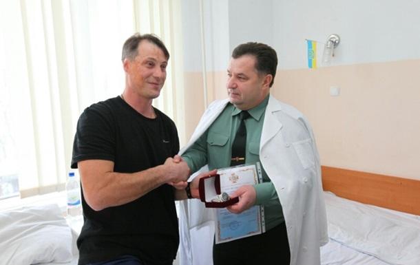 Полторак поощрил раненых бойцов премиями и часами