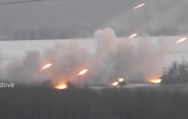 Жители сняли на видео, как сепаратисты стреляют из  Градов  под Донецком
