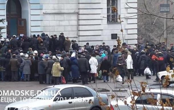 СМИ показали огромные очереди за продуктами в Донецке