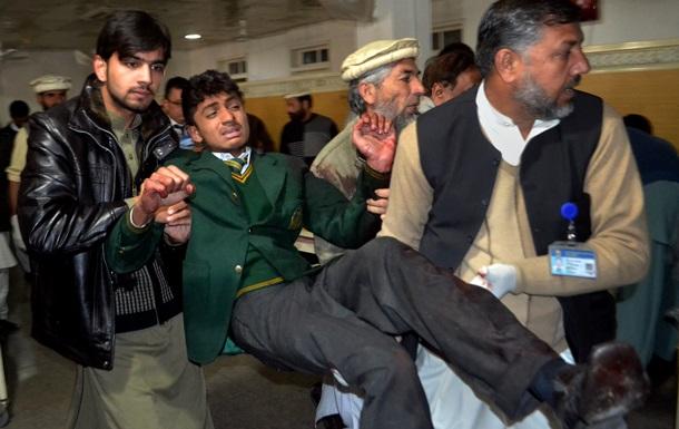Талибы атаковали школу в Пакистане: погибли более 100 человек
