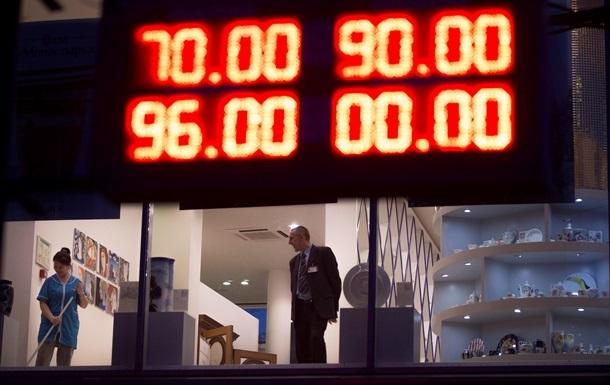 В России официальный курс доллара подняли сразу на 10%