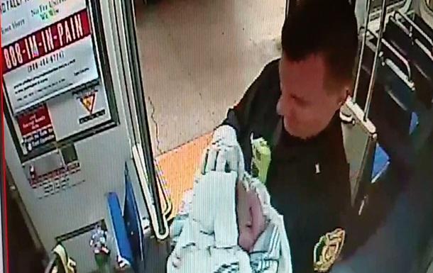 В американском метро полицейские приняли роды у женщины