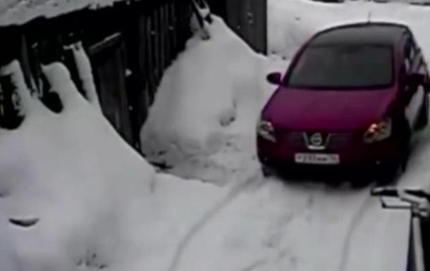 В России женщина переехала соседку из-за царапины на машине