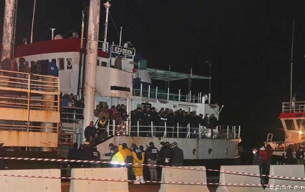 Корабль-призрак  с 450 беженцами прибыл в Италию