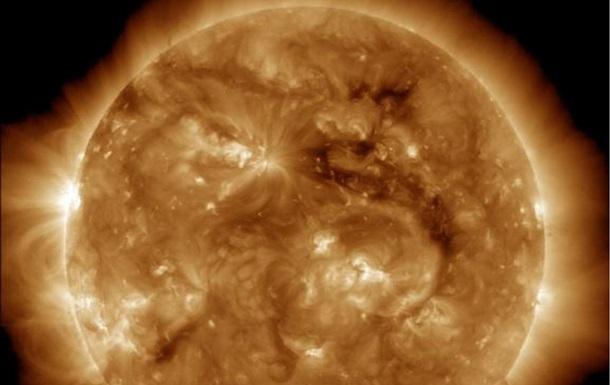 NASA показала огромную корональную дыру на Солнце