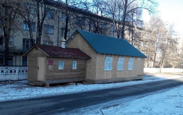 В Оболонском районе на тротуаре появилась незаконная церковь