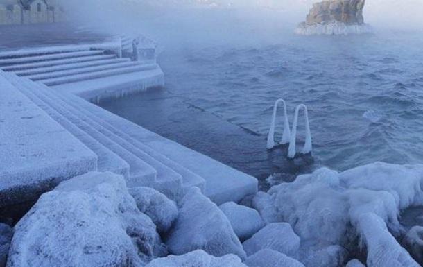 В Севастополе из-за аномального мороза заледенели причалы и пирсы