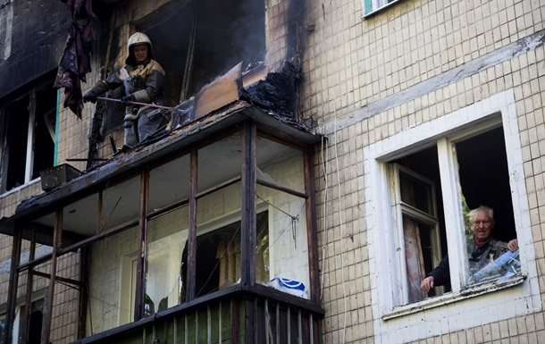 В Донецке с утра гремят залпы и взрывы, погиб мирный житель