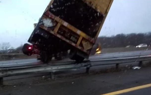 Водитель снял двойную аварию в США: видео  взорвало  YouTube