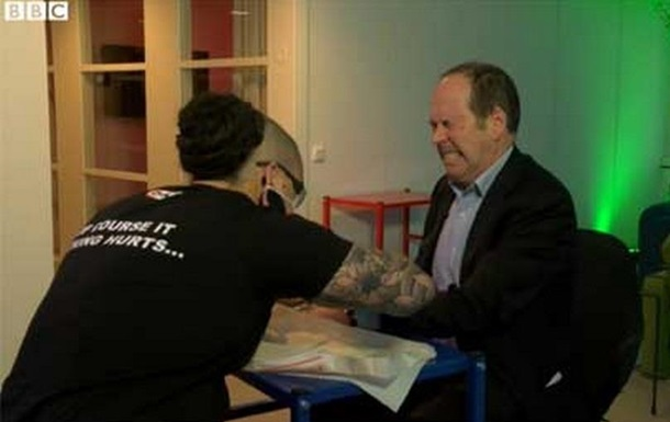 В Швеции сотрудникам офиса вживили микрочипы