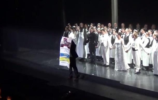 В нью-йоркском Метрополитен-опера украинец устроил антипутинскую акцию