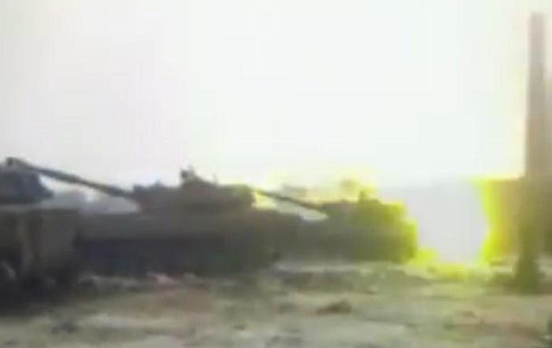 Боевики ДНР под флагами России ведут огонь по украинским солдатам