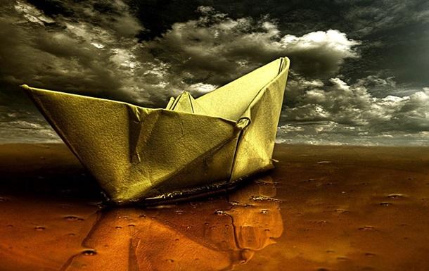 По реке проплывает наш корабль бумажный.