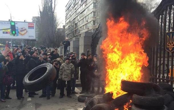 Айдаровцы  снова митингуют под Минобороны: подожгли шины