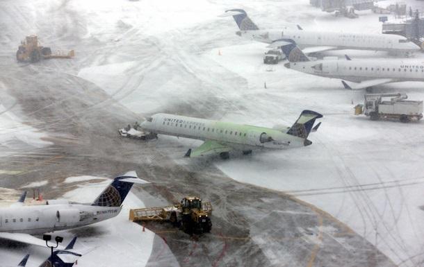 Из-за сильных снегопадов аэропорты США отменили почти три тысячи рейсов