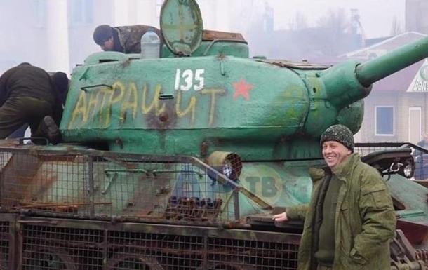 Сепаратисты сняли на видео, как ездят на советском танке-памятнике