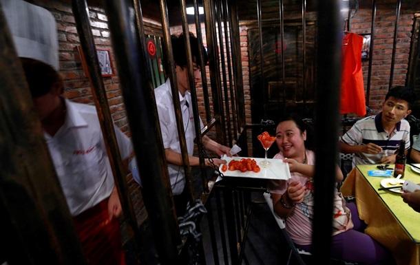 В пекинской тюрьме построили мини-город с метро, банками и кафе