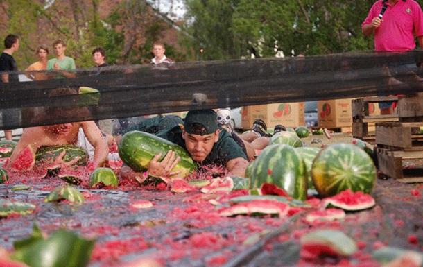 В Австралии фестиваль по катанию на арбузах показал рекордную посещаемость