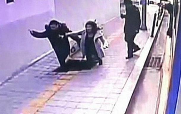 Два пешехода провалились под землю в Сеуле