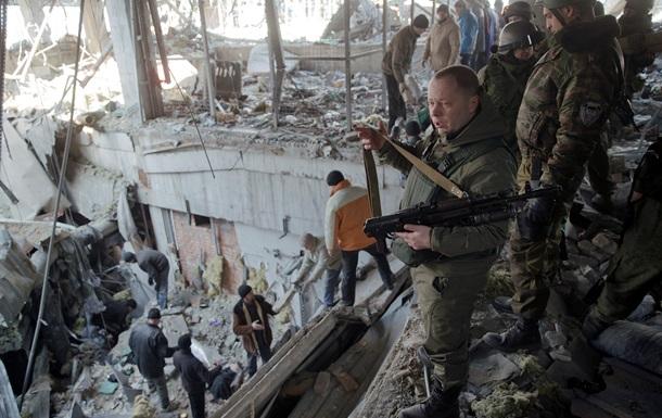 """Пленные в Донецке достали тела """"киборгов"""" из-под руин аэропорта. 18+"""