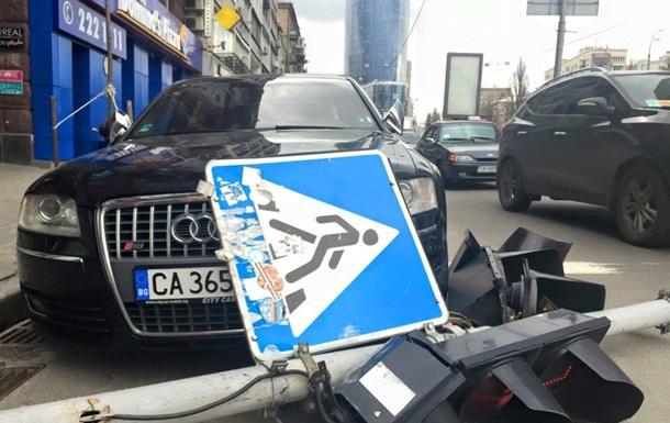 В центре Киева на автомобиль упал светофор