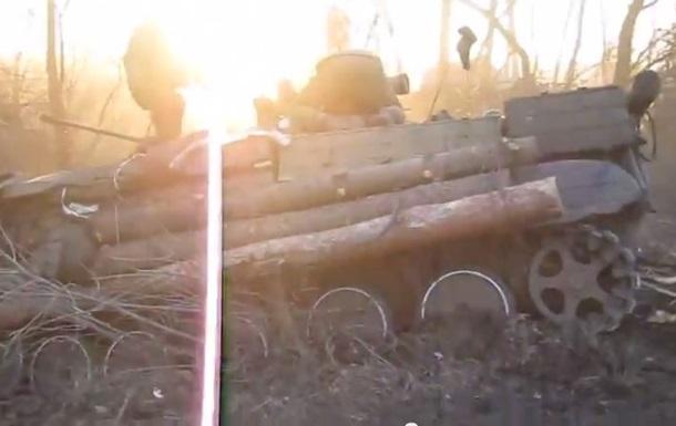 В сети появилось видео ДТП с участием военных на боевой технике