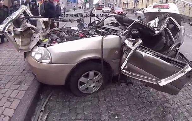 В центре Донецка бронетехника сепаратистов раздавила легковушку