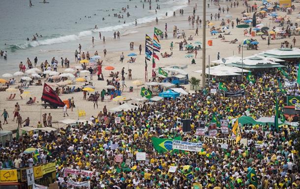 Тысячи бразильцев требуют отставки президента Руссефф