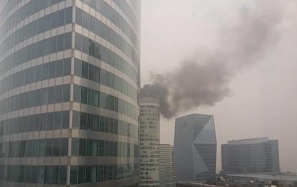 В деловом районе Парижа горит 40-этажный небоскреб